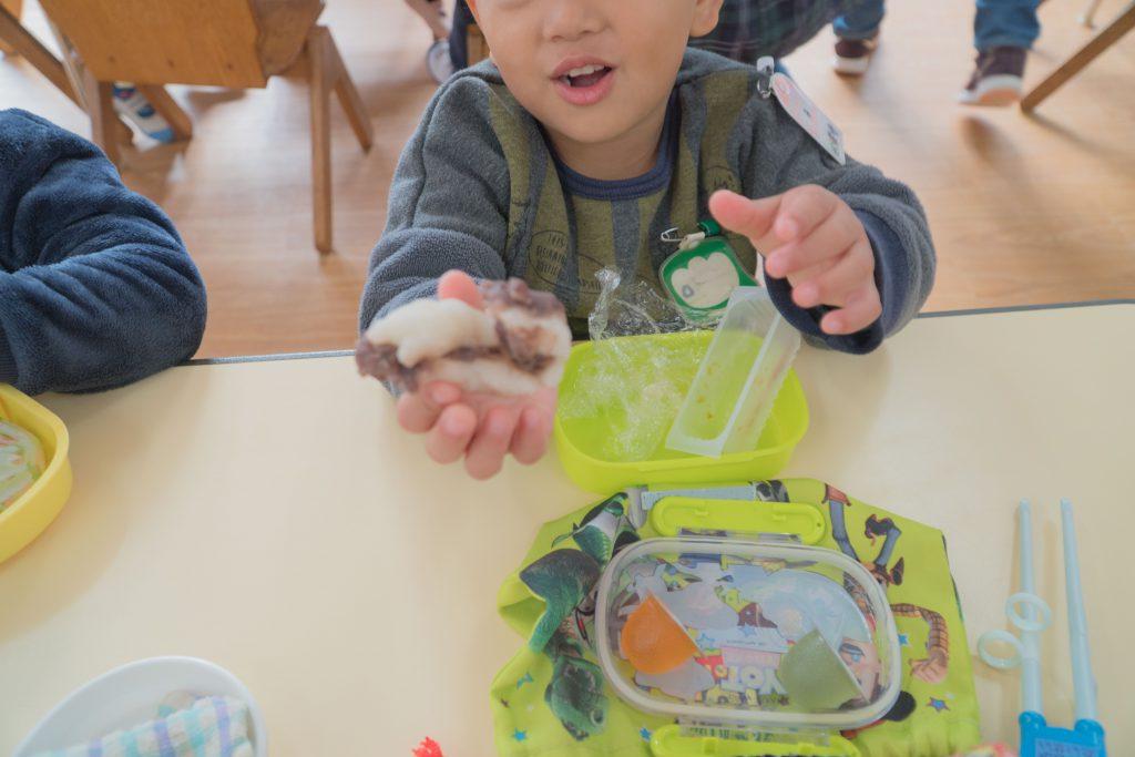 きらきら星幼稚園もちつき大会おもちをたべる様子
