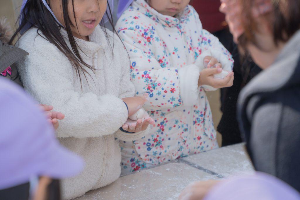 きらきら星幼稚園もちつき大会のおもちをまるめる様子